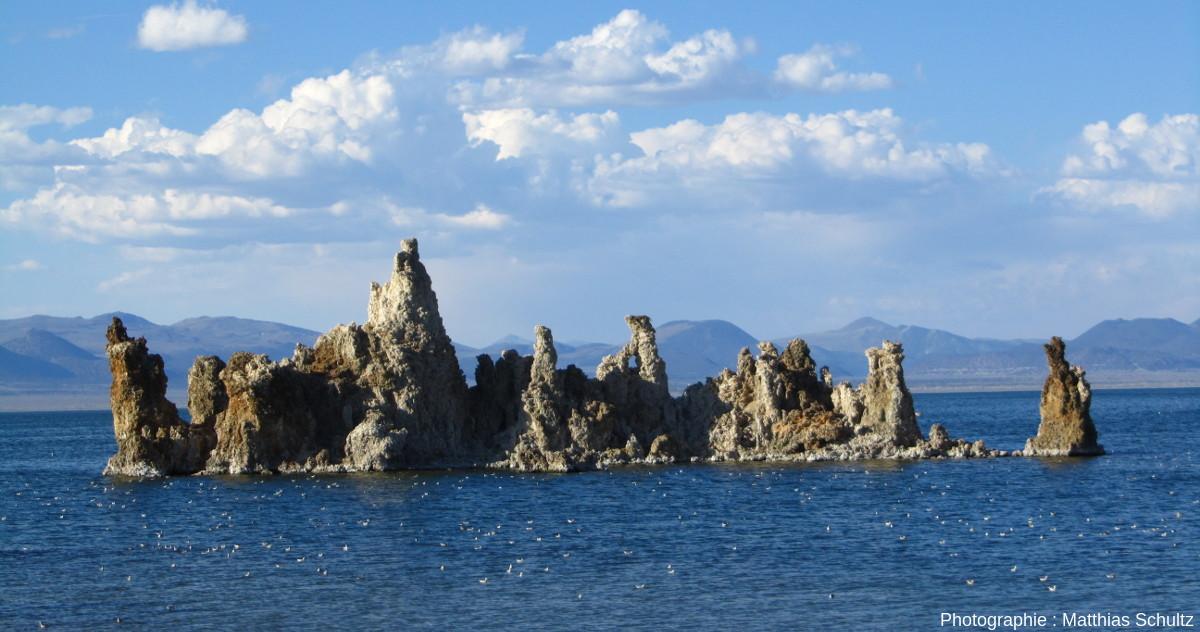 Tufas émergés du lac Mono formant un îlot, Grand Bassin, Californie