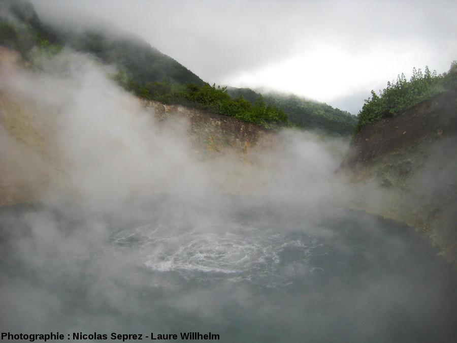 Perdu dans la forêt tropicale et masqué par les vapeurs, le Boiling Lake de la Dominique, Antilles