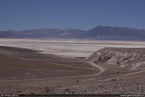 """Vue d'une plaine de sels """"propres"""" contenant un peu d'eau liquide en son milieu, salar d'Atacama (Chili)"""