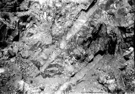 Exemple d'une mine à ciel ouvert (mine d'Etta) exploitant (en 1904) une pegmatite à spodumène dans le Dakota du Sud (États-Unis)