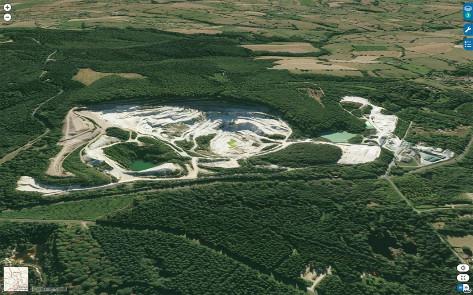 Vue aérienne globale des carrières et de l'usine de traitement de kaolin de Beauvoir (société Imerys)
