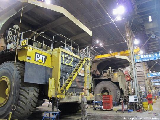 Camions en maintenance, mine de charbon, Canada