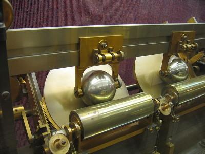 Détail de deux plateaux de l'analyseur harmonique de Kelvin