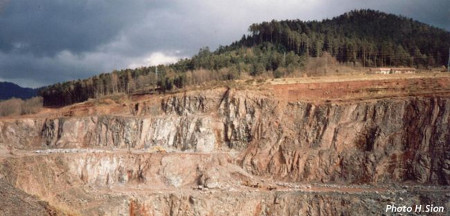 Contact des grès permiens discordants sur les coulées basaltiques, carrière de Raon-l'Étape