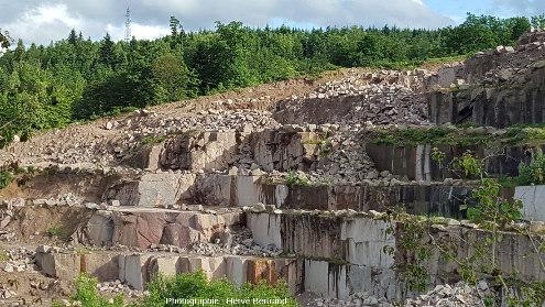 Exploitation par paliers de la carrière de granite de Senones