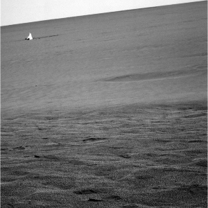 Le bouclier thermique d'Opportunity, largué au moment de l'ouverture des parachutes, situé a environ 250m du cratère Endurance
