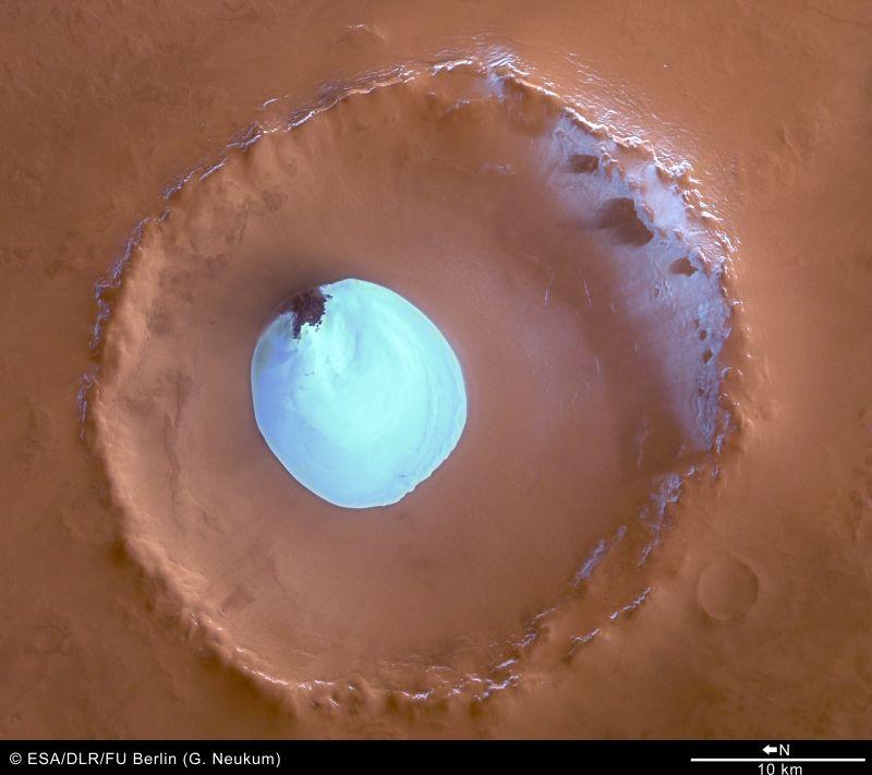 Vue verticale du cratère avec sa couche de glace