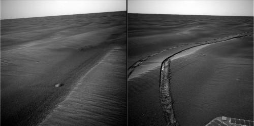 Deux mini-cratères de météorites dans un champ de dunes sur Mars