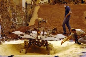 Expérimentation au sol pour tenter de faire sortir un robot enlisé de sa dune