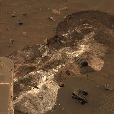 Tranchée accidentellement creusée par une roue de Spirit le 12 novembre 2006, révélant un sous-sol riche en sulfate