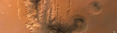 Vue verticale des canyons Tithonium Chasma, et Ius Chasma, dans Valles Marineris, Mars