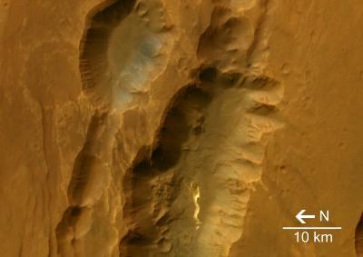 Vue verticale de Coprates Catena, Mars