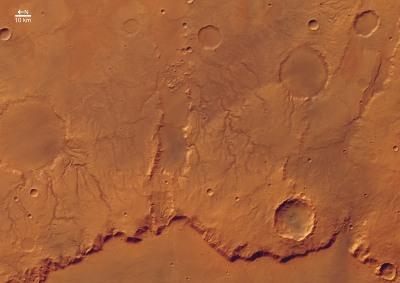 Vue verticale de la rive Est du cratère Huygens
