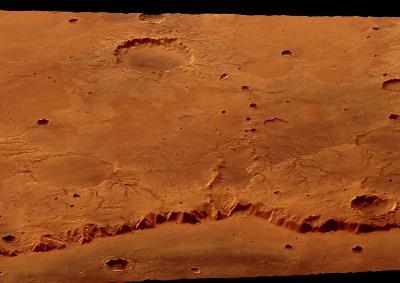 Vue oblique de la rive Est du cratère Huygens