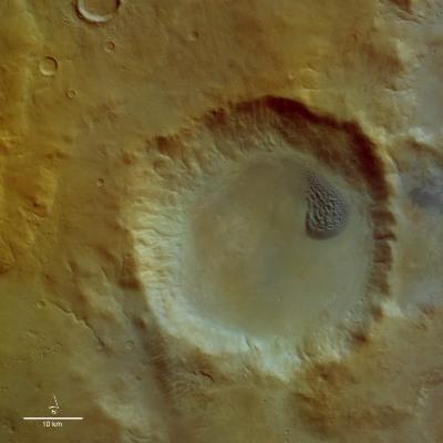 Vue verticale du cratère martien à champs de dunes