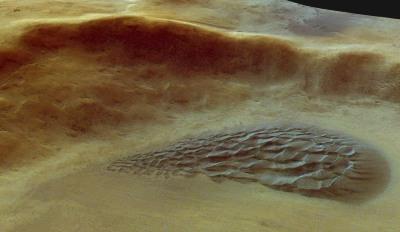 Vue oblique détaillée du cratère à champs de dunes