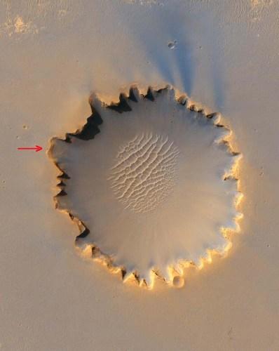 Vue verticale du cratère Victoria, cratère de 800m de diamètre