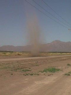 Une mini-tornade (dust devil) en Arizona