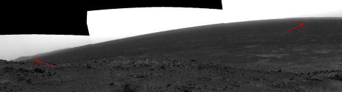 Mosaique de trois photos montrant deux mini-tornades (flèches rouges) sur Mars