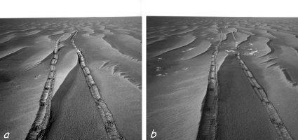 Vue de Meridiani Planum, vaste plaine de sable et de myrtilles (a) avec des zones où le substratum affleure entre les mini-dunes (b)