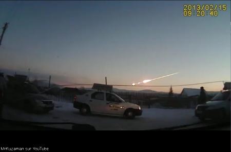 Entrée dans l'atmosphère du météore de Tcheliabinsk, filmée par une caméra embarquée dans un véhicule
