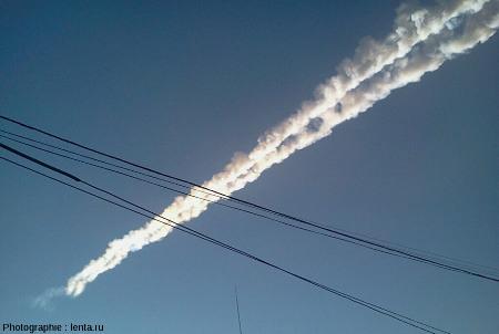 Traînée double laissée dans l'atmosphère par le passage du météore de Tcheliabinsk