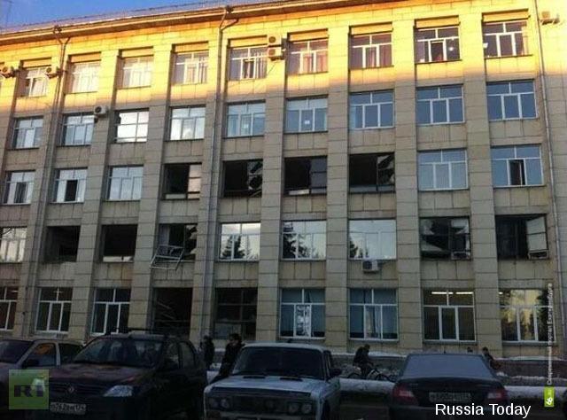 Façade d'un immeuble de la banlieue de Tcheliabinsk dont une grande partie des fenêtres ont été soufflées par le blast