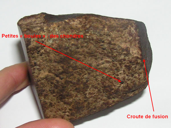Croûte de fusion et des chondres sur une section de météorite (chondrite)