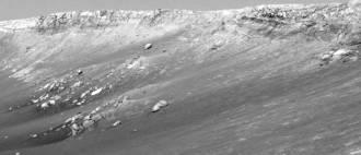Affleurement de blocs isolés, sous les falaises de Burns Cliff