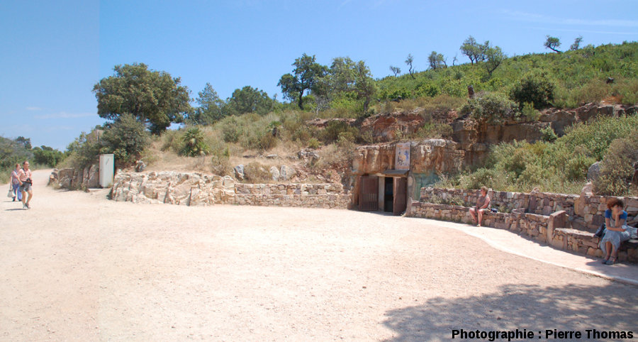 L'esplanade où est située l''une des anciennes entrées de la mine, celle par où rentrent aujourd'hui les visiteurs