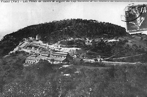 Vue d'époque montrant les installations industrielles de traitement du minerai, avant la construction d'une haute cheminée