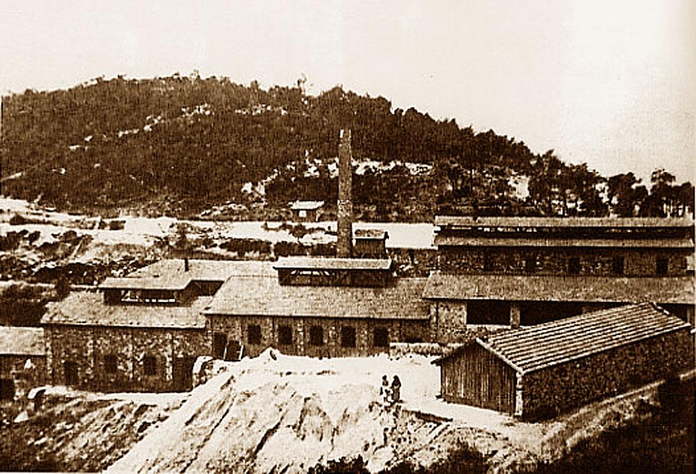 Vue d'époque montrant les installations industrielles de traitement du minerai, après la construction d'une haute cheminée