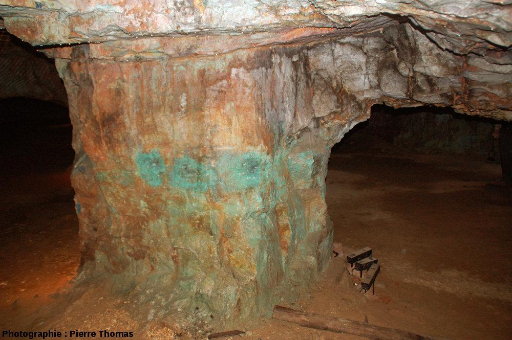 Pilier constitué par la couche minéralisée laissée en place pour prévenir l'effondrement du toit