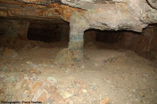 Petit pilier constitué par la couche minéralisée laissée en place pour prévenir l'effondrement du toit