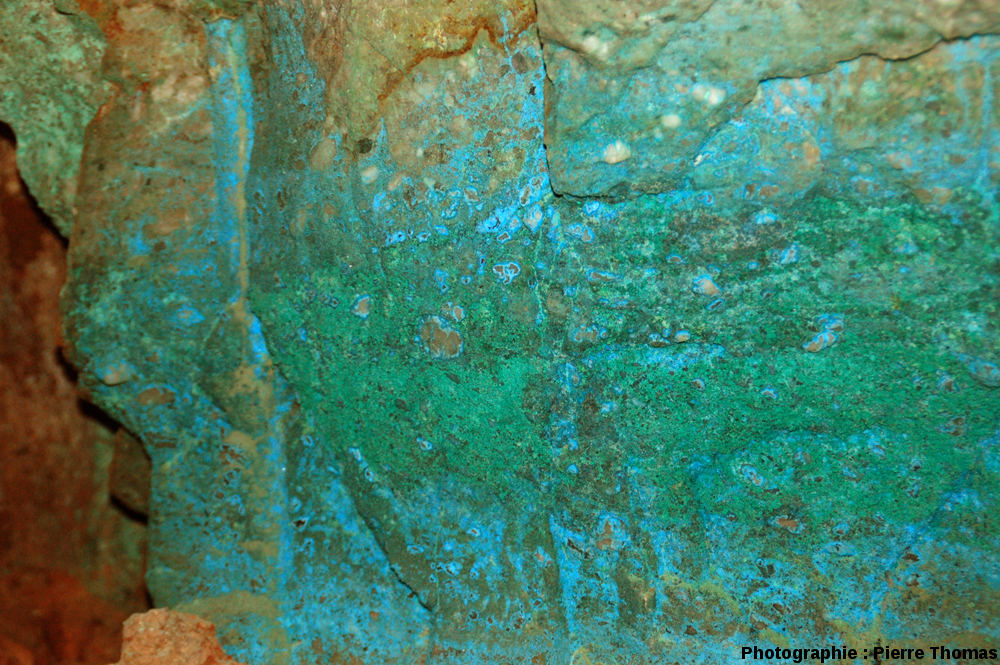 Détail d'une paroi intensément colorée par des sels de cuivre
