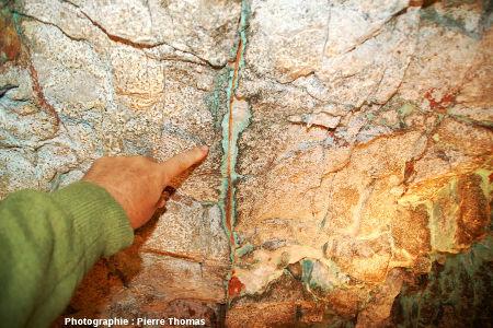 Auréoles diversement colorées de part et d'autre d'une fracture, Mine de Cap Garonne, Le Pradet, Var