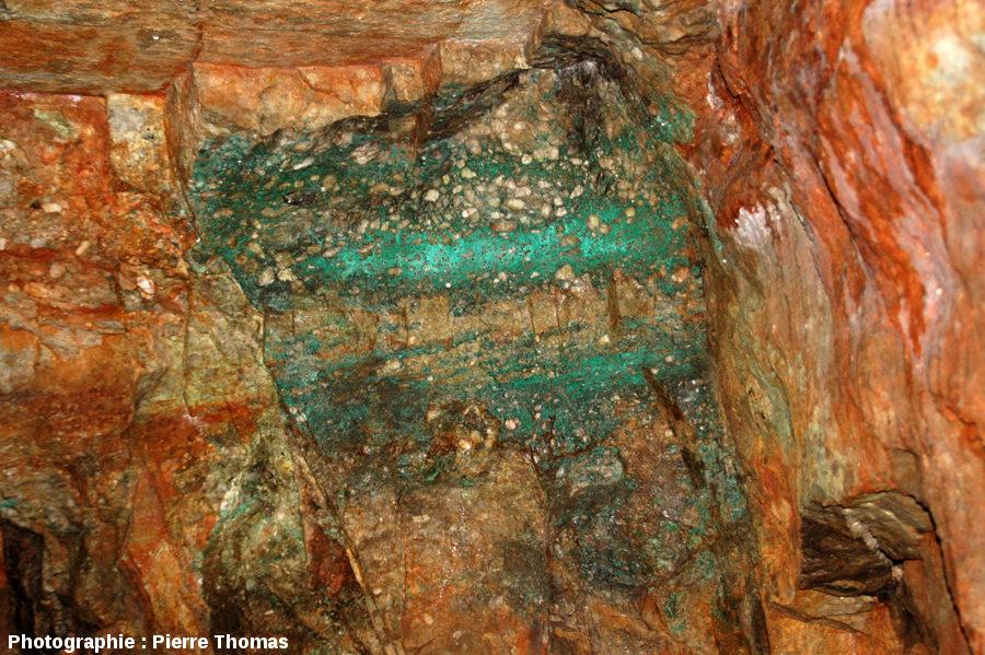 Couche de grès à stratifications obliques comprise entre deux couches de conglomérat