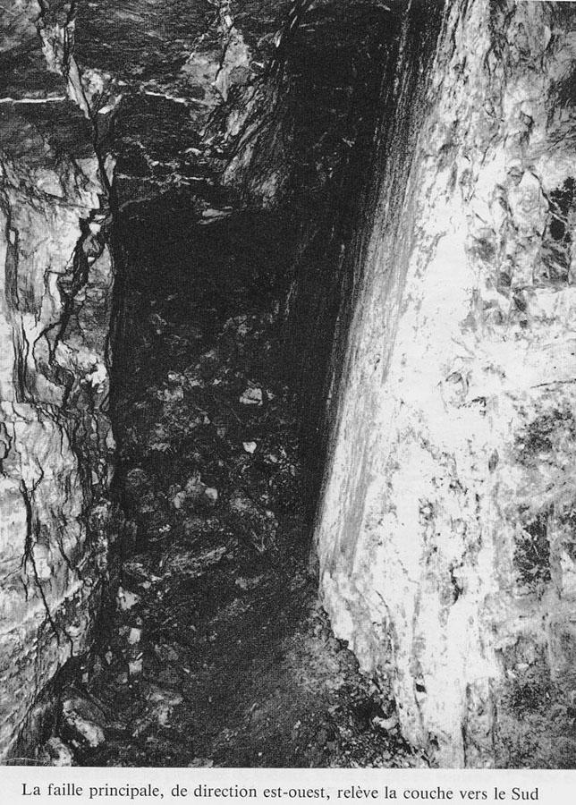 Photographie d'époque de la Grande Faille Est-Ouest qui relève la partie Sud du gisement d'environ 17m