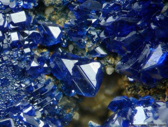 Gros plan sur des cristaux d'azurite parfaitement cristallisés