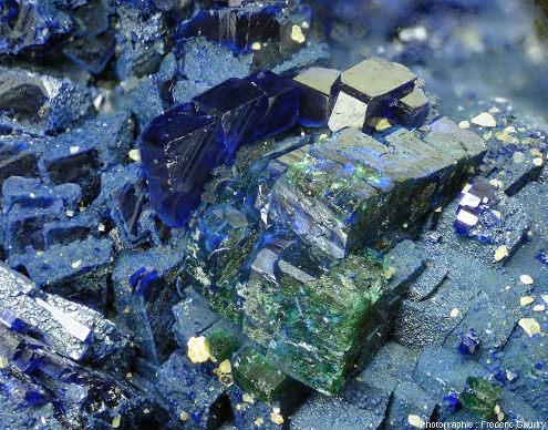 Gros plan sur des mini-cristaux d'azurite partiellement transformé en malachite (verte)