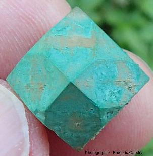 Cristal isolé de cuprite épigénisée en malachite en forme d'octaèdre à bord fortement tronqués