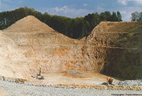Mine à ciel ouvert de Clovis (structure de Lauriéras) en cours d'exploitation
