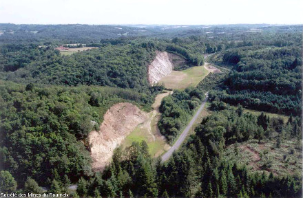 Mines à ciel ouvert des Renardières (au fond) et de Roche Froide (premier plan) après réaménagement en 2002 (comblement d'une partie des excavations) mais avant leur envahissement par la végétation