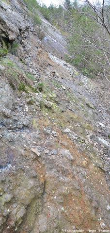 Dans la partie inférieure de la falaise, on note la présence d'une brèche de faille, carrière des Renardières