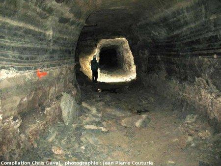 Une galerie dans la Mine des Rois: alternances marno-calcaires d'épaisseur décimétrique caractéristiques du gisement