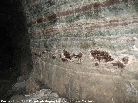 Niveau à stromatolithes imprégnés d'hydrocarbures dans une galerie de la Mine des Rois, Dallet