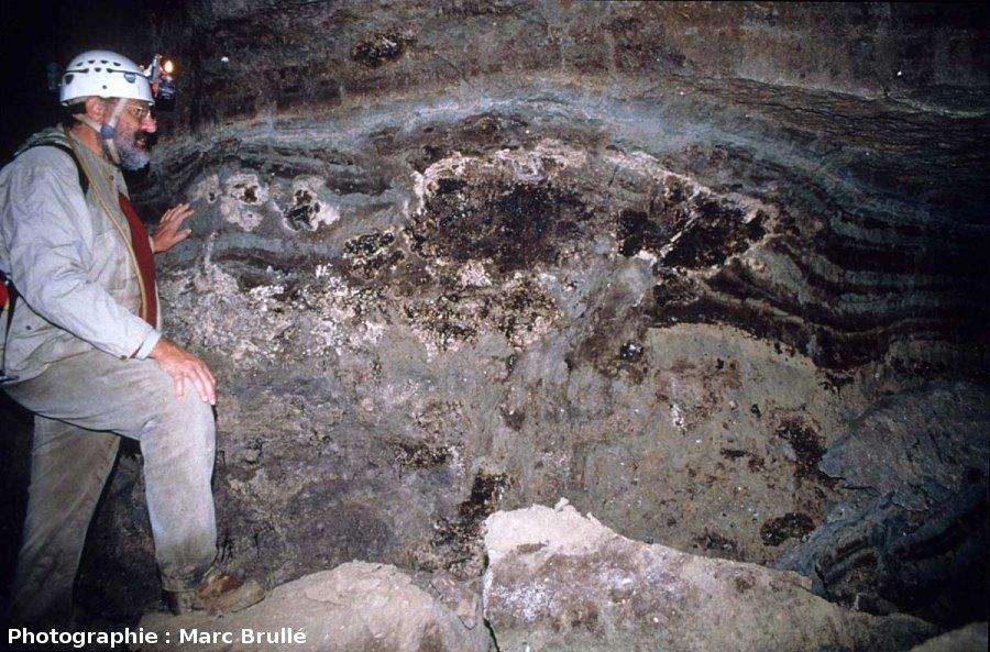 Petits et gros stromatolithes imprégnés d'hydrocarbures dans une galerie de la Mine des Rois, Dallet