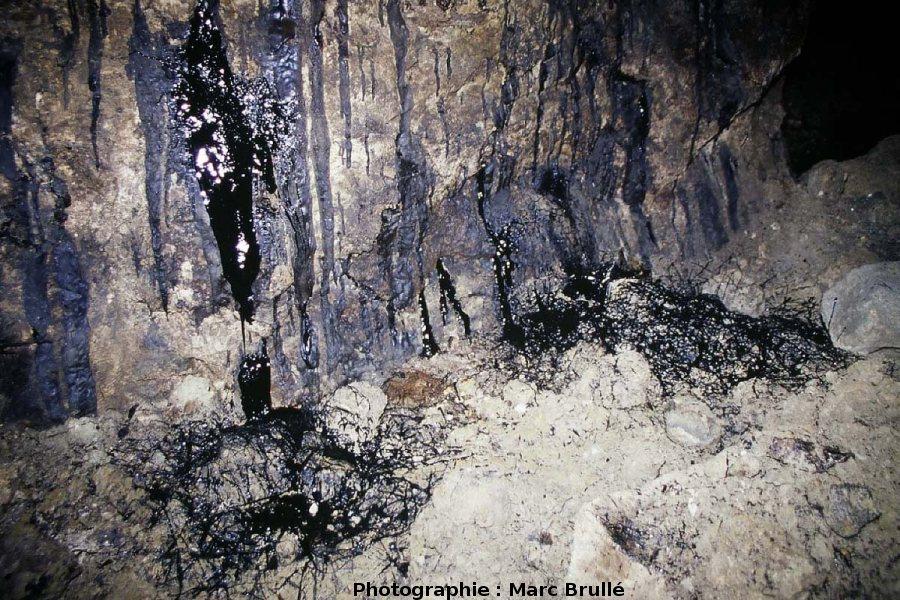 Gros plan à la base d'écoulements d'hydrocarbures, Mine des Rois, Dallet