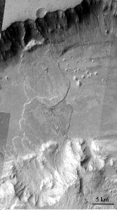 Glissement sur les flancs de Valles Marineris interprété comme résultant d'avalanche humide