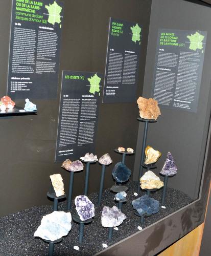 Vitrine consacrée aux minéraux de mines du Massif Central